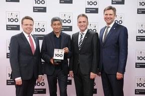 缆普集团依靠自身的创新能力入围了顶尖100企业的最具创新德国中小企业。从左至右:Dr. Simon Alig,TIM流程经理。导师Ranga Yogeshar。Guido Ege,产品与产品开发经理。Georg Stawowy,技术与创新董事会成员。照片:KD Busch/comamedia